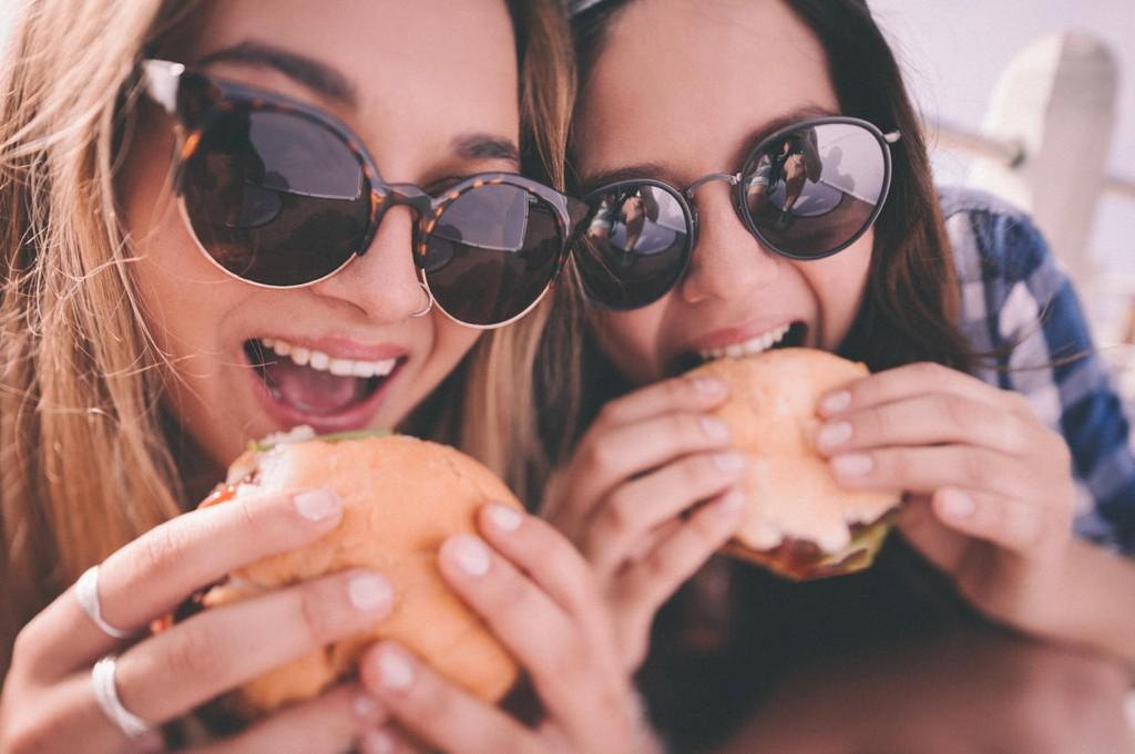 Det er gode grunner for at du craver junkfood, og enkelt å løse problemet om du vil unngå fettet.
