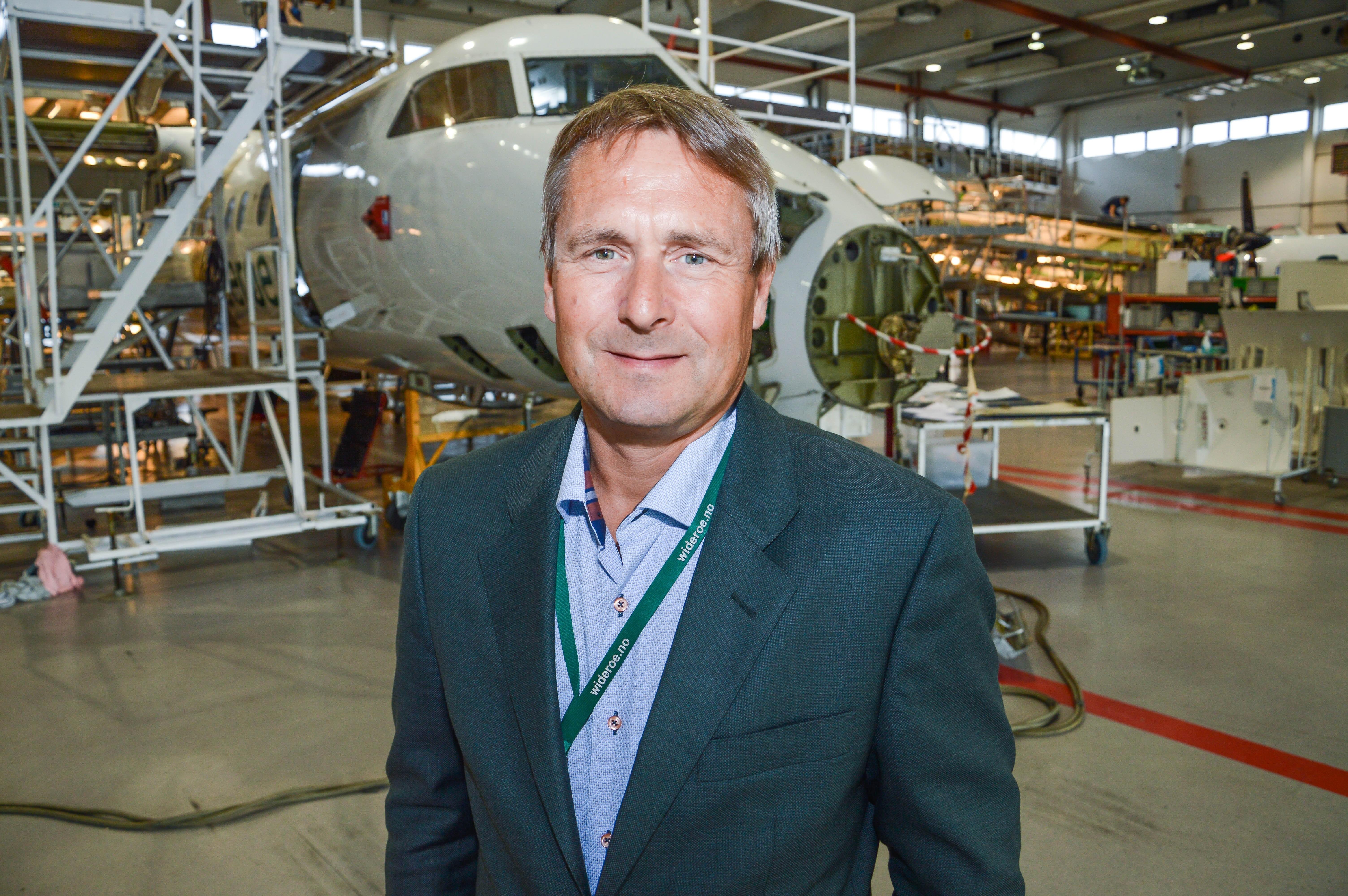 Administrerende direktør Stein Nilsen i hangaren i Bodø, hvor flere fly står inne for demontering før inspeksjon.
