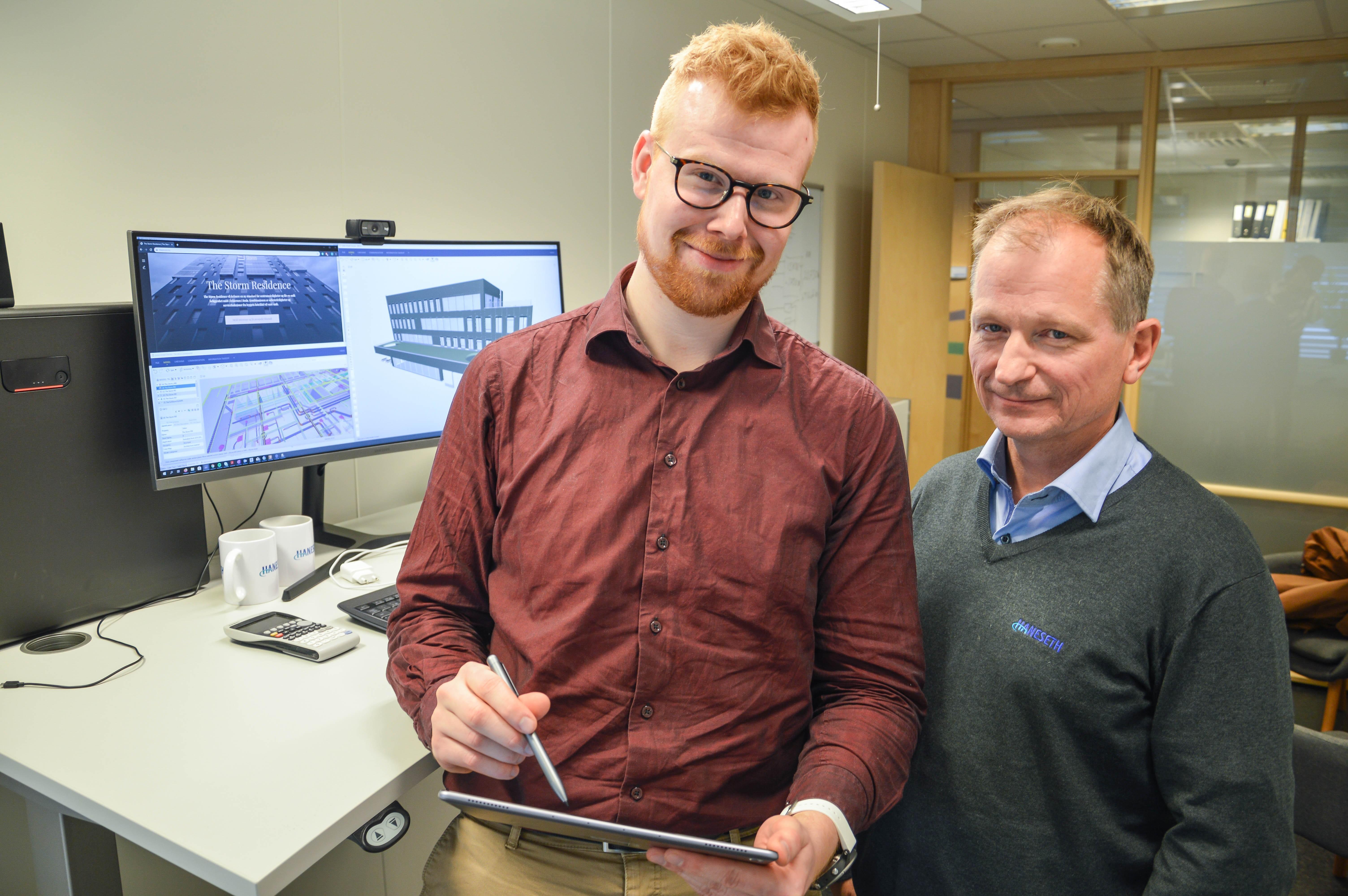 Haneseth prosjekt tar i bruk nettbrett i arbeidet med større prosjekt. Jan-Kristian Hansen og avelingsleder Steinar Nesheim går online.