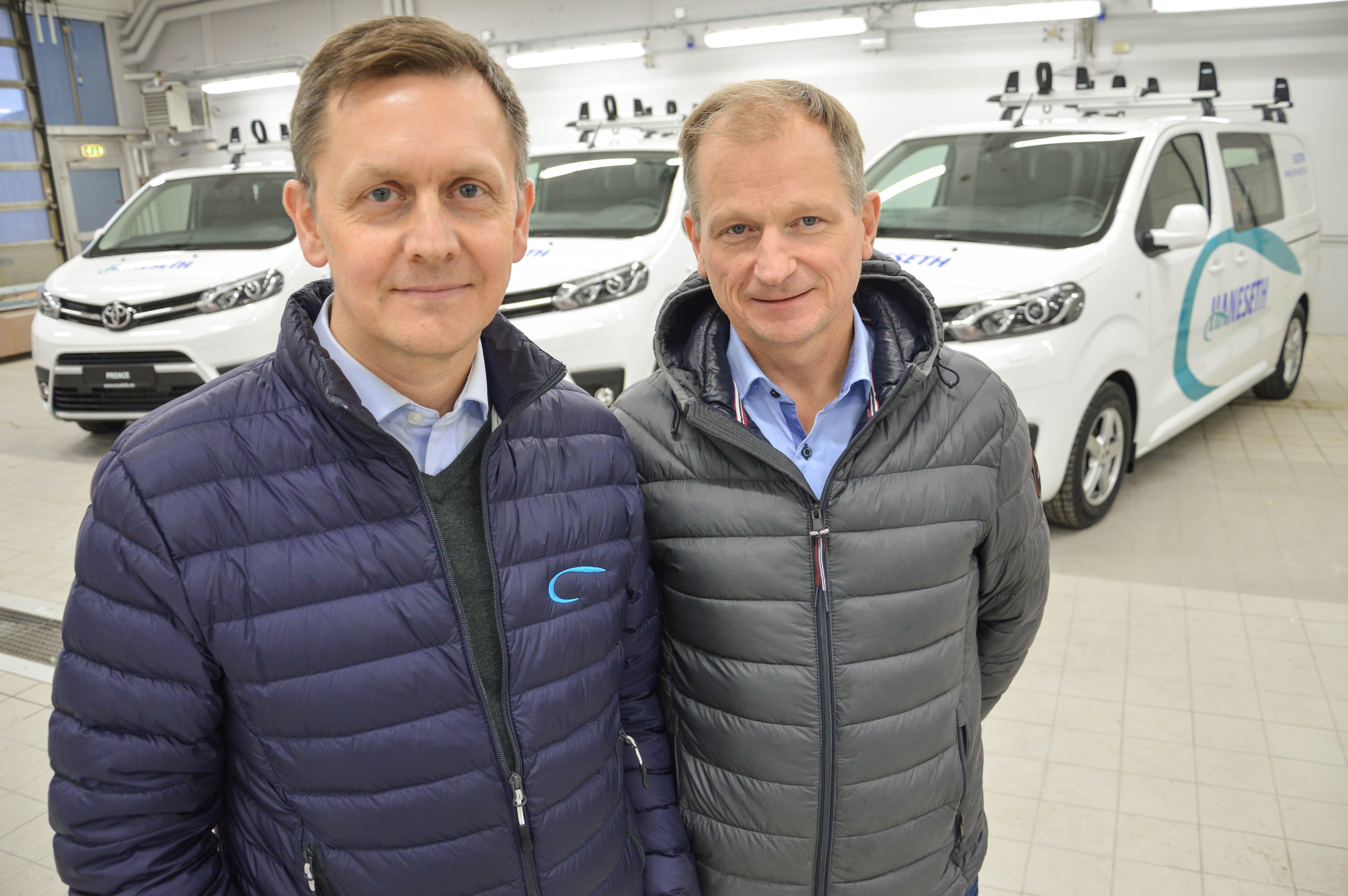 Daglig leder Kjell Hansen og driftssjef Steinar Nesheim i Haneseth Bodø AS er i ferd med å kjøpe seks nye arbeidsbiler til montørene. - Vi er opptatt av at de ansatte har ordentlige biler, og vi kjøper nye rundt hvert femte til syvende år, sier Hansen.