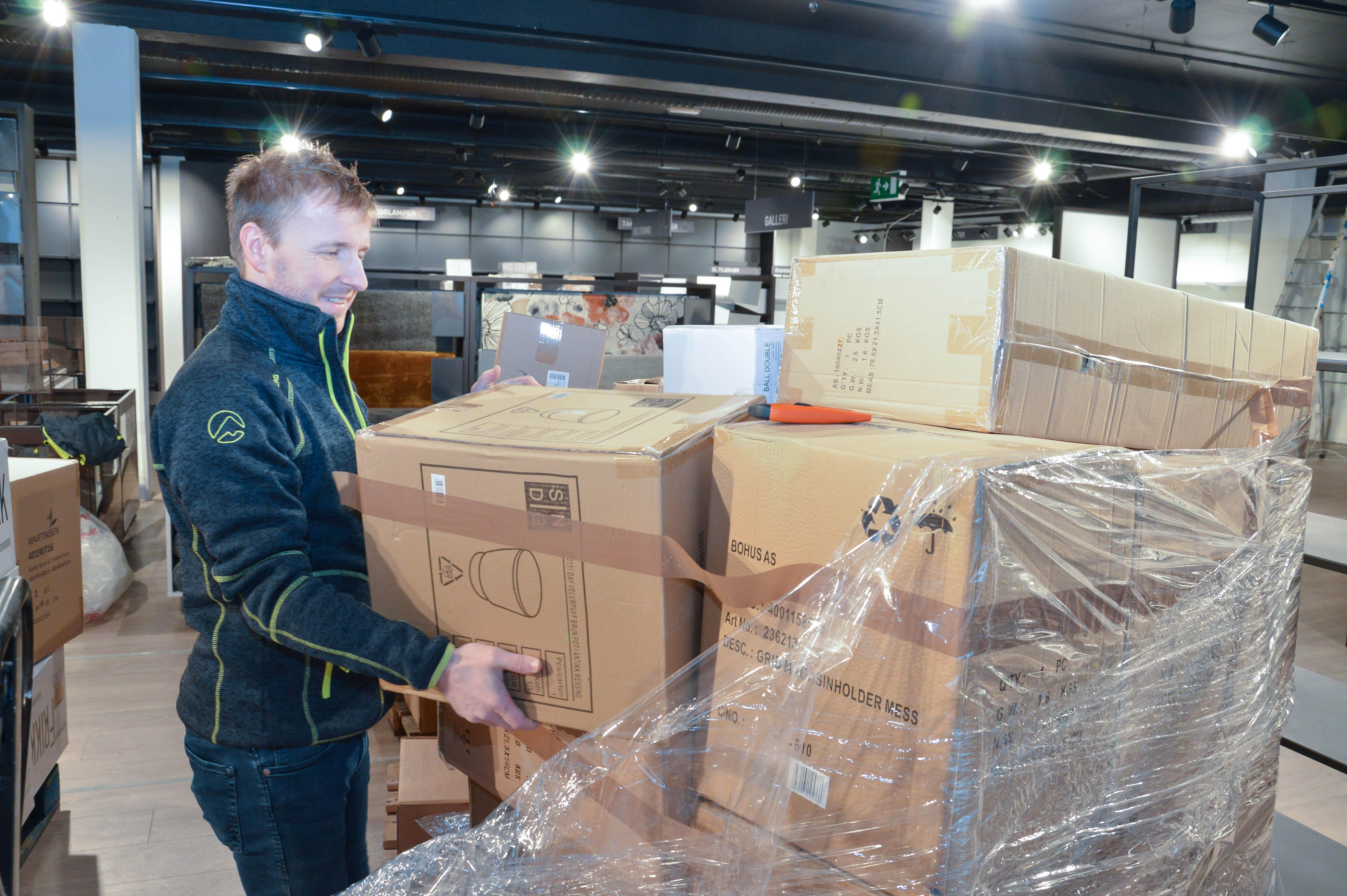Salgsleder interiør Kenth Westermann sorterer eske for eske til riktig område.