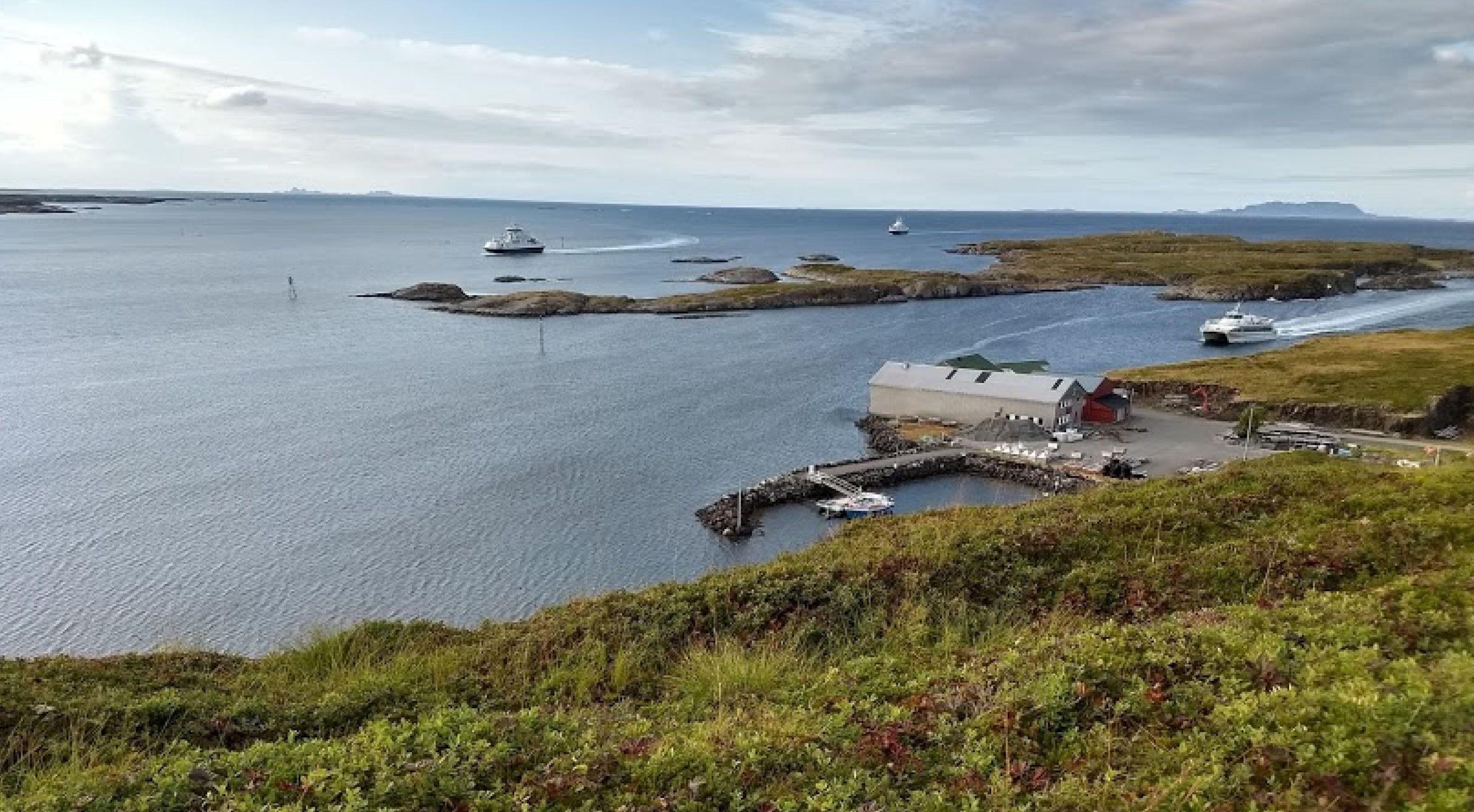 Hurtigbåten - her til høyre i bildet, har fast rute like utenfor kaia på Nord-Solvær. Men Nordland fylkeskommune mener det både er for tidkrevende og kostbart, å legge til ved behov.