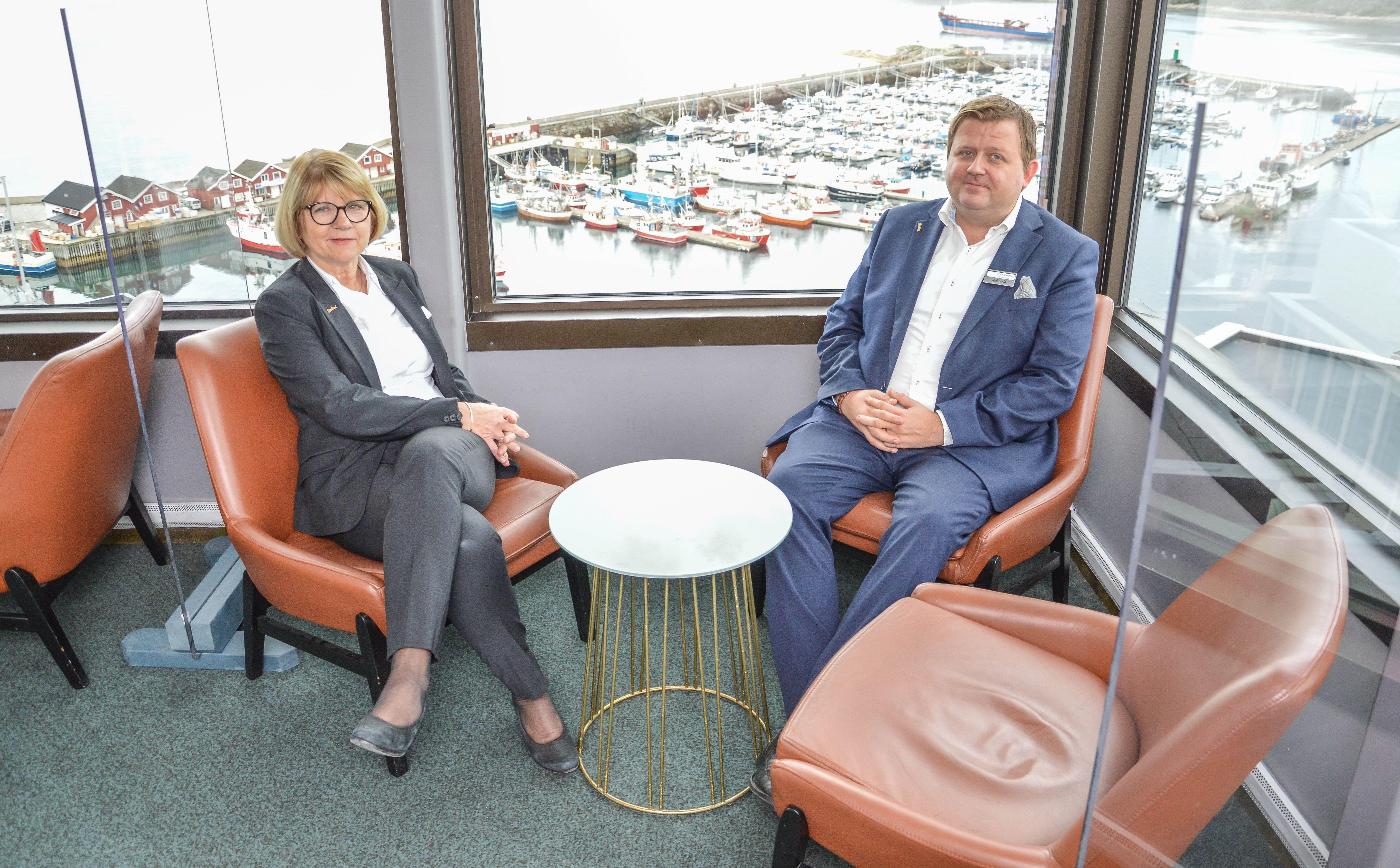 Hotelldirektør Inger-Lise Henningsen og Rune Jønsberg, Food & Beverage Manager nyter å sette seg ned på Top 13 Bar & Lounge. Her er det trygt å oppholde seg, ikke minst fordi alle sittegruppene er adskilt med pleksiglass.